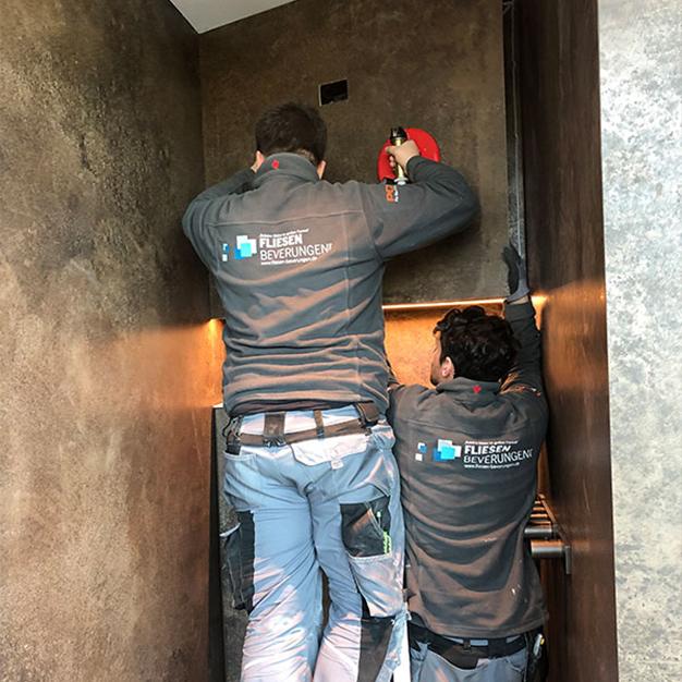 Fliesen beverungen grossformatige Fliesen-Badezimmer-Montage-Teamarbeit